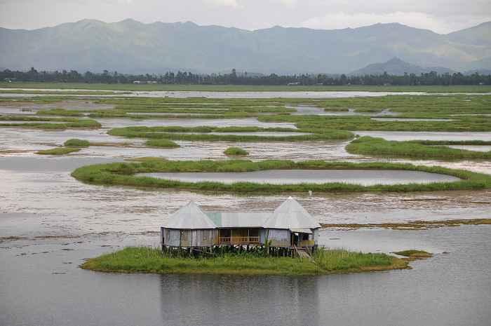 islas flotantes en el Lago Loktak, India,