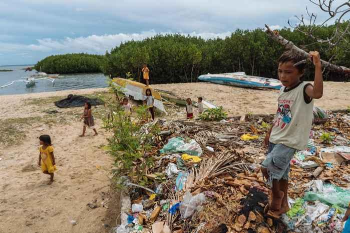 basura en una playa de Bohol, Filipinas