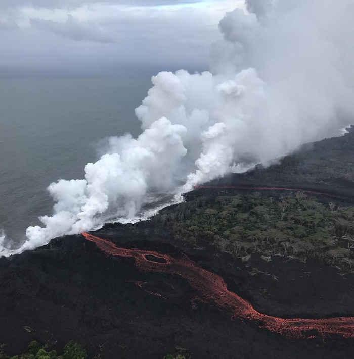 laze en el océano por el volcán Kilauea