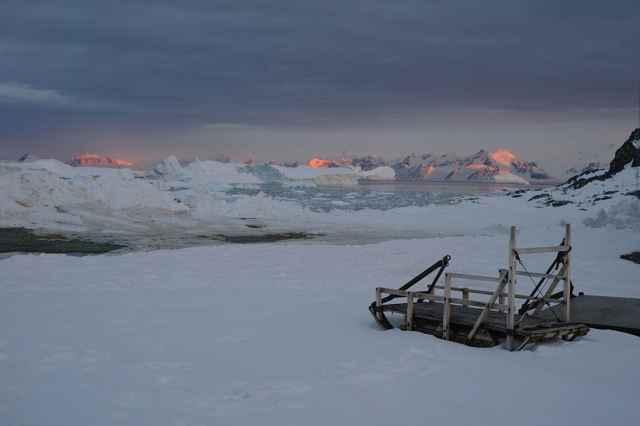 montañas e icebergs en la Isla Adelaida