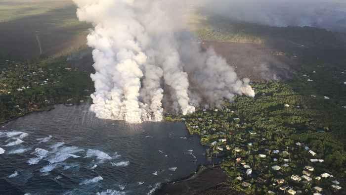 nubes de laze en la bahía de Kapoho, Hawái