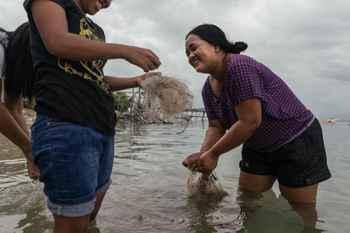 recogida de redes de pesca descartadas en Filipinas