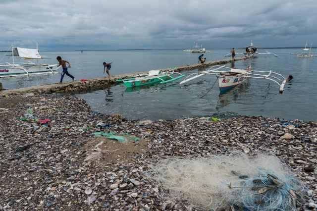 red descartada en una playa de Filipinas