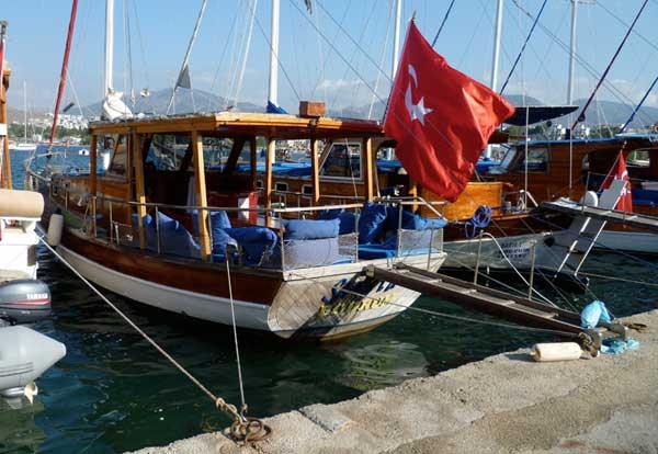 barco de pesca para el turismo en Turquía