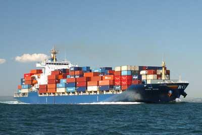 buque portacontenedores en el mar