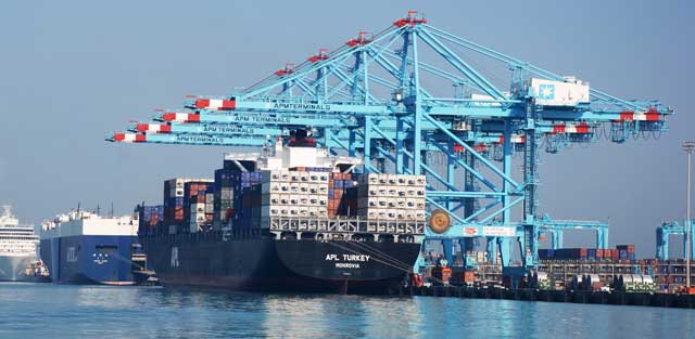 buque portacontenedores en un puerto