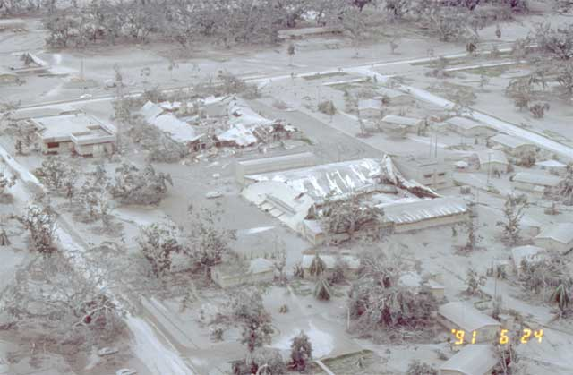 daños en la base aérea de Clark tras la erupción del Pinatubo