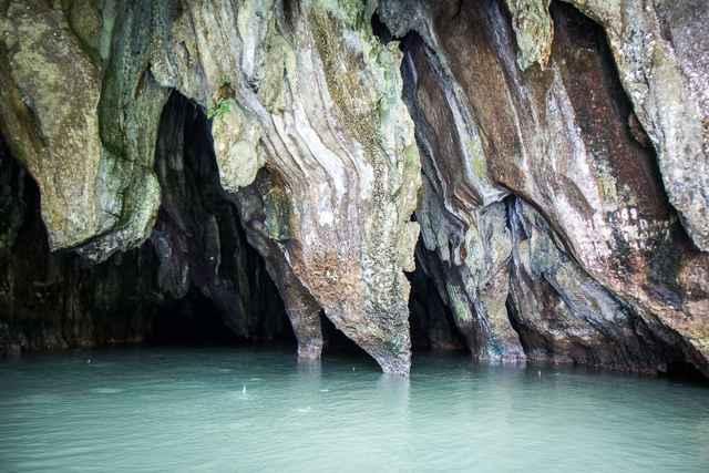 estalagmitas en el río subterráneo de Puerto Princesa