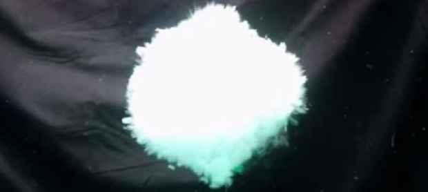 explosión subacuática de hielo seco