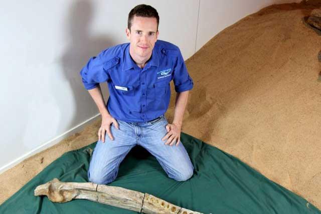 el Dr. Tim Holland junto a la mandíbula del Kronosaurus