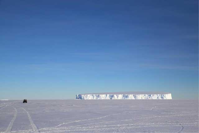iceberg gigante varado en la Bahia Commonwealth