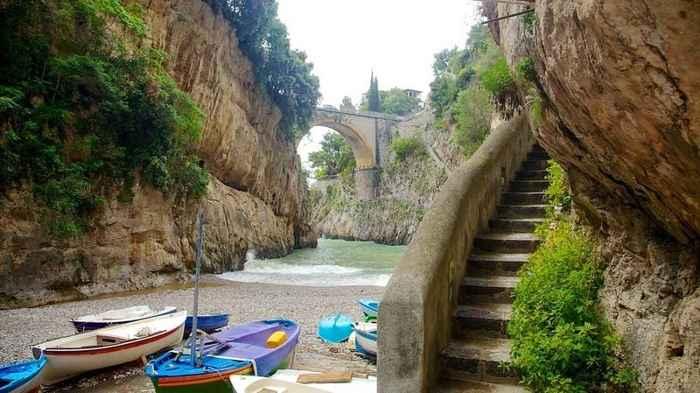 playa y puente de Furore