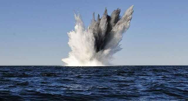 explosión de una mina submarina