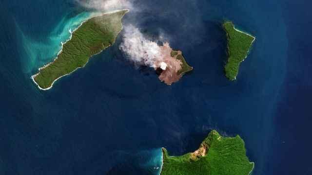 erupción del volcán Anak Krakatau dede satélite