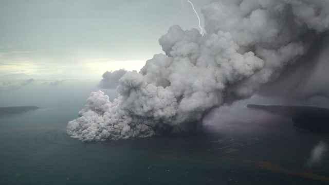 erupción del volcán Anak Krakatau, Indonesia