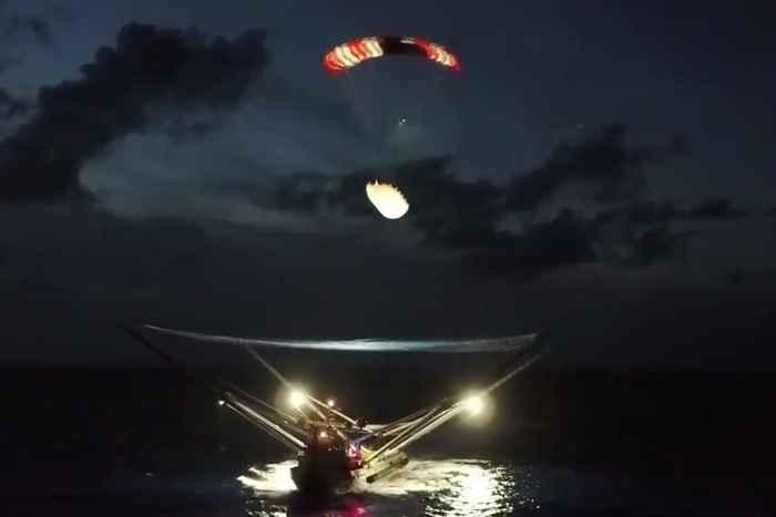 barco recoge parte de un cohete de SpaceX