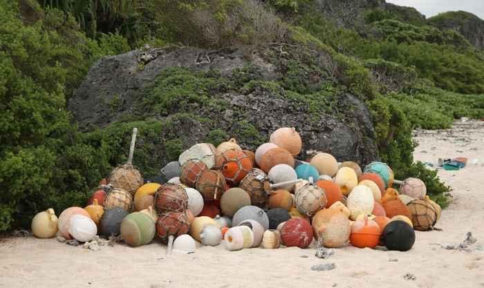 flotadores de plástico en la Isla Henderson