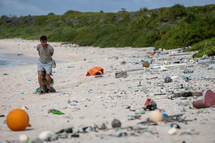limpieza de plásticos en la Isla Henderson