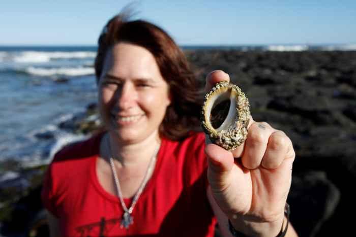 Kirsten Benkendorff con un caracol marino