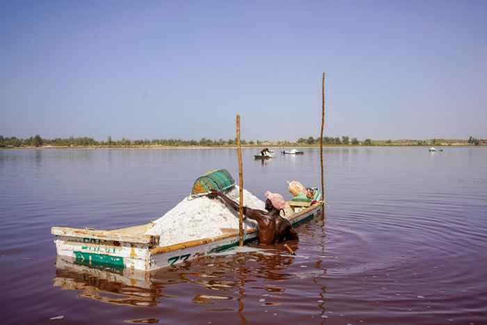 bote de sal en el Lago Retba