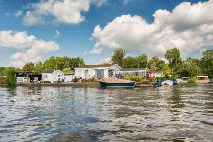 casas en las islas alargadas de los lagos Loosdrecht