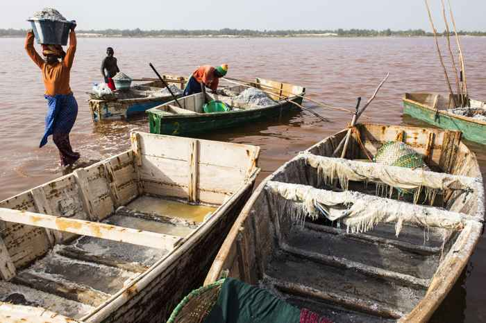 transporte de sal en el Lago Retba