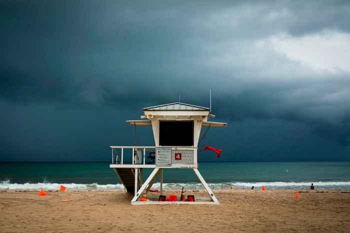 huracán Lorenzo en una playa