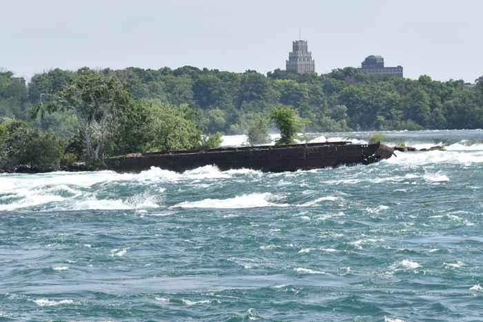 barco atrapado en el Niágara