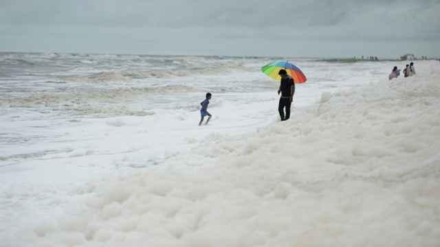 espuma blanca tóxica en una playa de la India