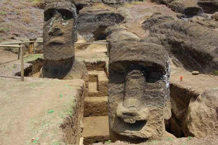 excavación de Moais en Rano Raraku, Isla de Pascua
