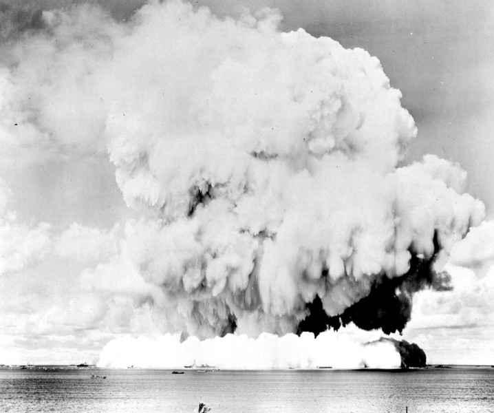 hongo de una bomba atómica submarina