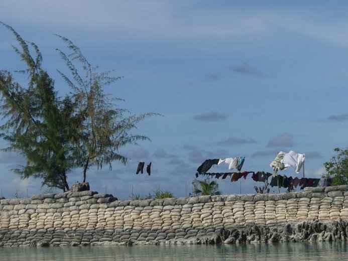 muro de sacos en Kiribati