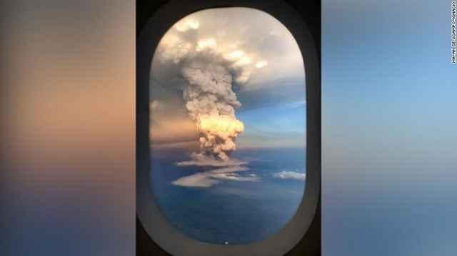 erupción del volcán Taal en Filipinas desde un avión