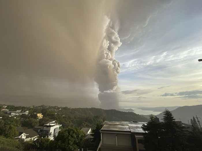 erupción del volcán Taal en Filipinas
