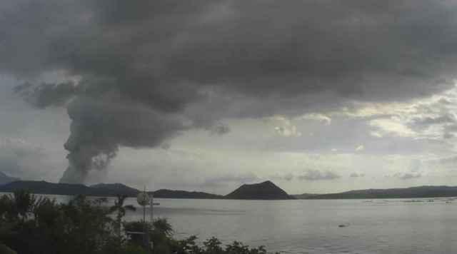 nube de ceniza expulsada por el volcán Taal