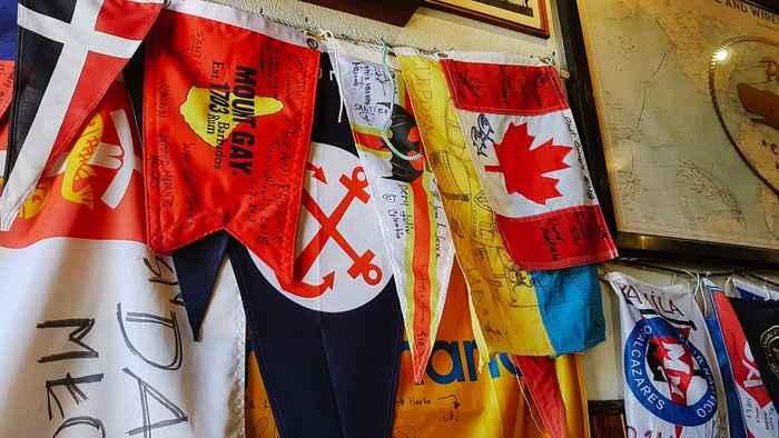 banderas en el Peter's Café Sport