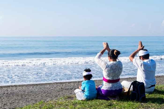 familia reza después del Nyepi