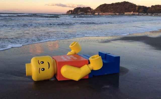 muñeco Lego en la playa