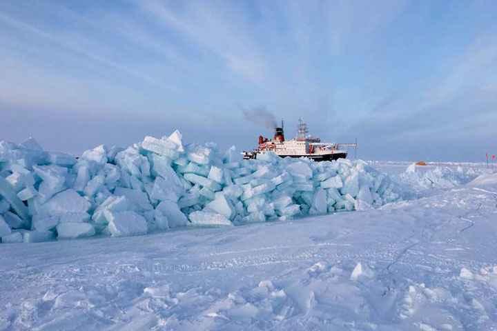 el rompehielos Polarstern entre bloques de hielo