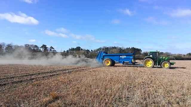aplicación de polvo de roca en tierras de cultivo
