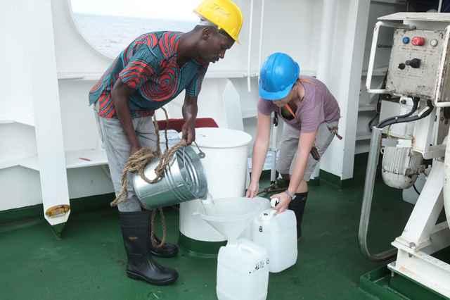 recogida de muestras de agua de mar