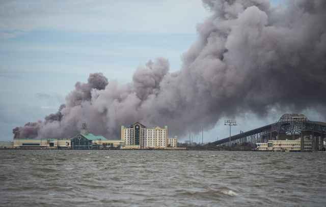 fábrica incendiada en Lake Charles