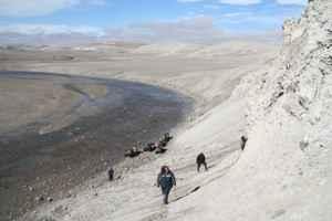 inspeccionando el cráter de impacto de Nunavut