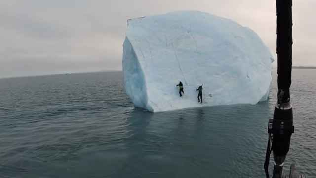 iceberg vuelca de repente