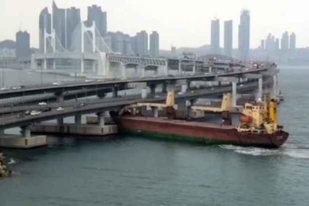 barco ruso colisiona contra un puente