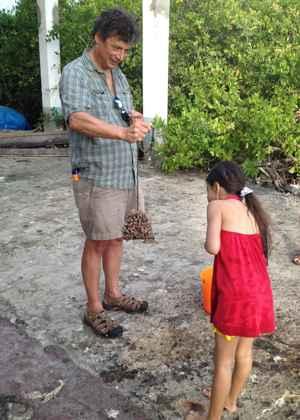 Greg Ruiz enseña una esponja a una niña