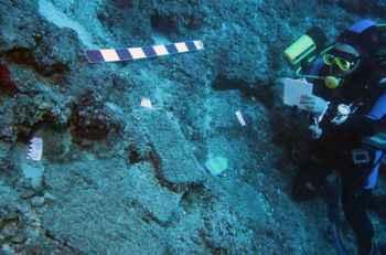 naufragio de Antalya inspeccionado por un buzo