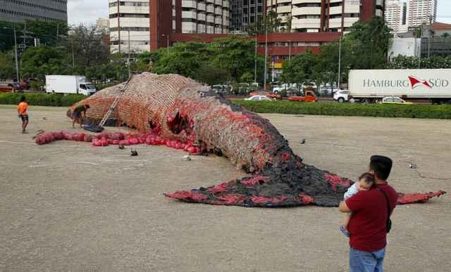 ballena hecha de basura plástica en Manila
