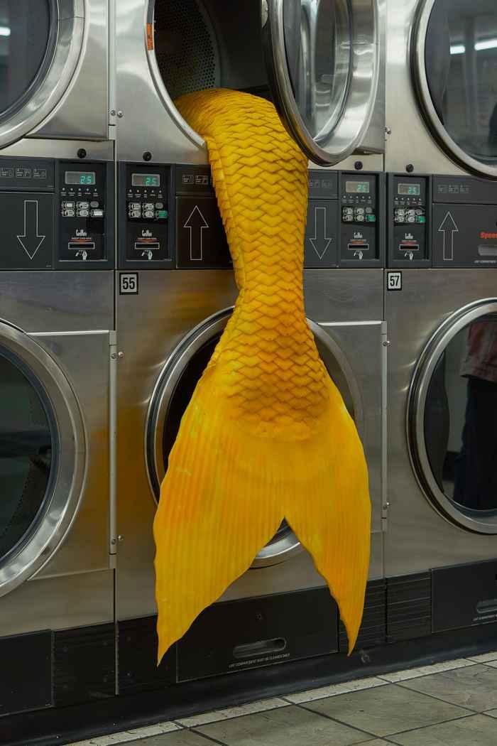 cola de sirena en una lavandería