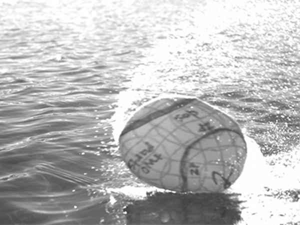 esfera camina por el agua